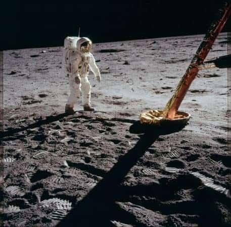 El astronauta Edwin Aldrin camina sobre la superficie lunar cerca del módulo lunar