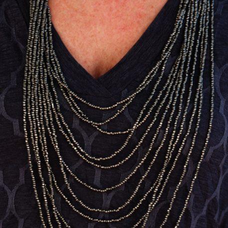 Collar metálico de perlas multihebra