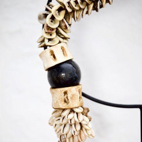 Collar de conchas marinas y huesos de Papua Nueva Guinea